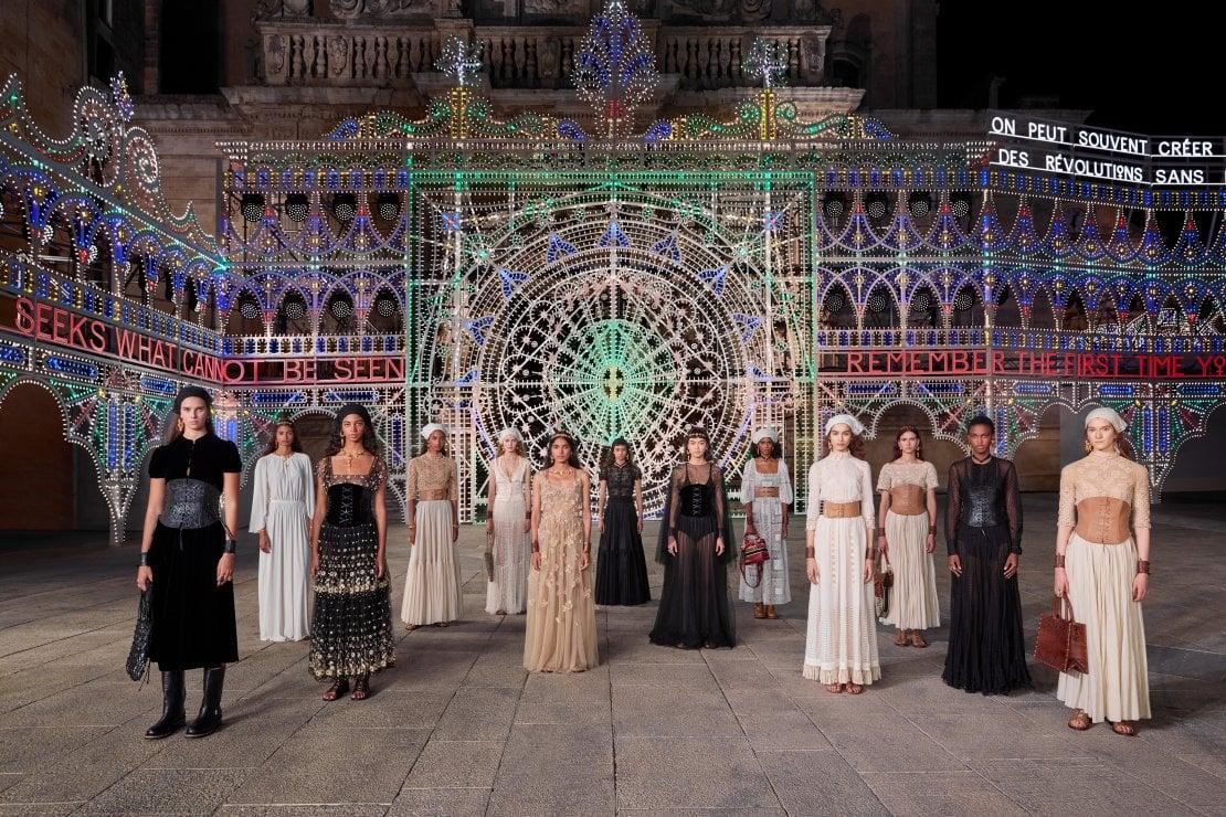 Dior sfila: uno spettacolo a cielo aperto, meraviglia e cultura in una Lecce illuminata e danzante.